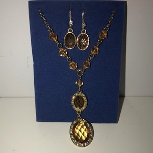 🍎 2/$30 NWOT AVON Necklace and Earrings Set